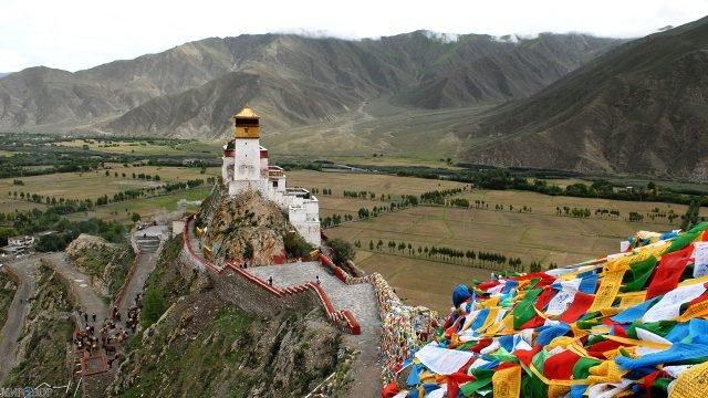 Дорога к Тибетскому монастырю на фоне горного пейзажа