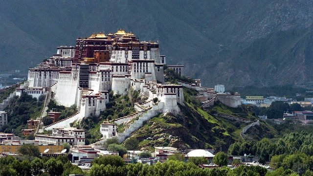 Дворец Потала в горах Тибета