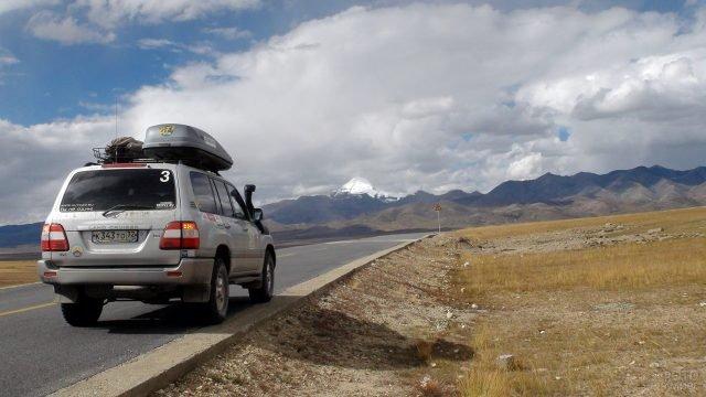 Джип на обочине дороги предгорье Тибета