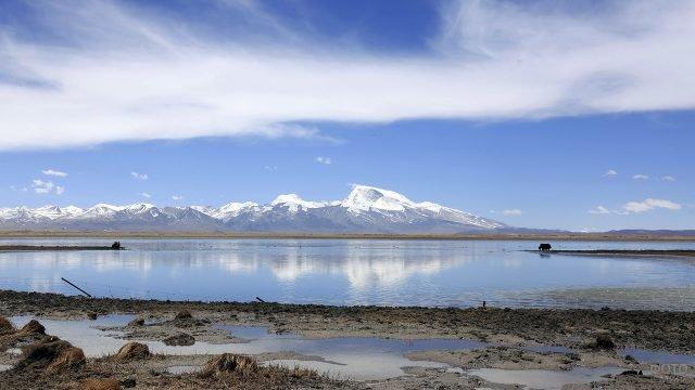 Озеро в долине у подножья горы Кайлас в Тибете