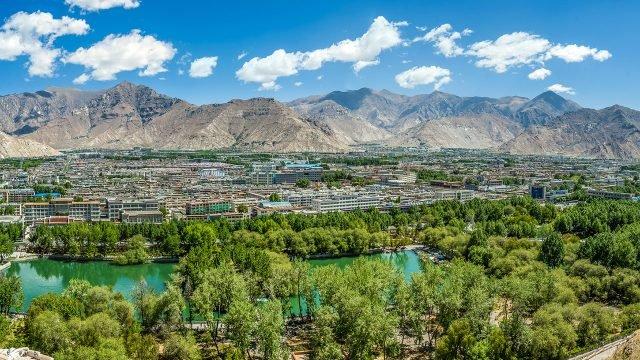 Панорама города Лхаса на фоне Тибетских гор