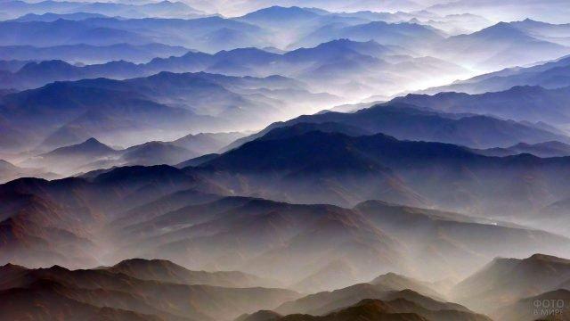 Панорама туманных вершин Тибетских гор