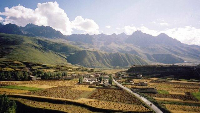 Плодородная долина в предгорье Тибета