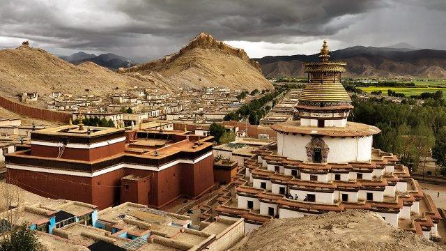Посёлок Гьянгдзе в горах Тибета