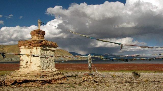 Ритуальные флажки на фоне озера Мапам-Юмцо в Тибете