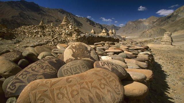 Ритуальные камни с надписями