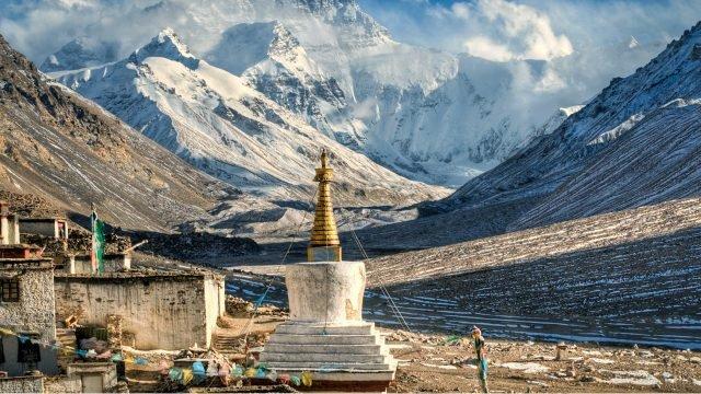 Тибетский храм на фоне гор