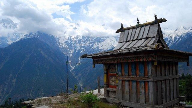 Тибетский монастырь в горах