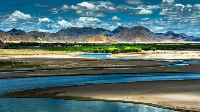 Живописный пейзаж Тибета с рекой в лучах вечернего солнца