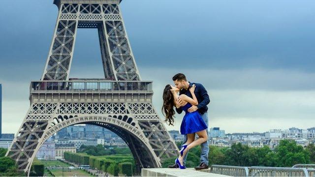 Целующаяся парочка на фоне Эйфелевой башни