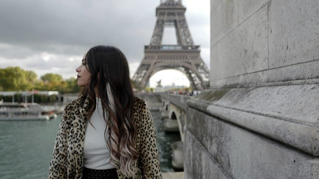 Гламурная брюнетка на набережной Сены на фоне Эйфелевой башни
