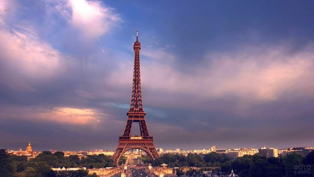 Эйфелева башня на закате пасмурного дня над Парижем
