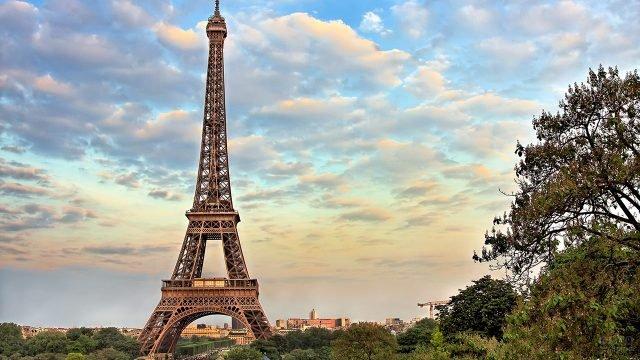 Летний парижский пейзаж с Эйфелевой башней на фоне облаков