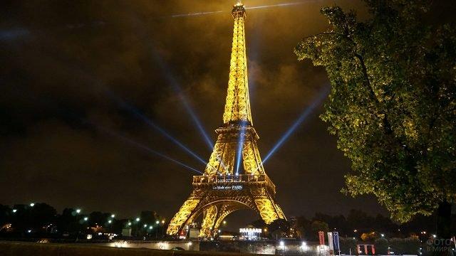 Ночная иллюминация Эйфелевой башни