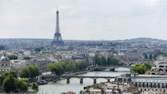 Панорама летнего Парижа с Эйфелевой башней на горизонте