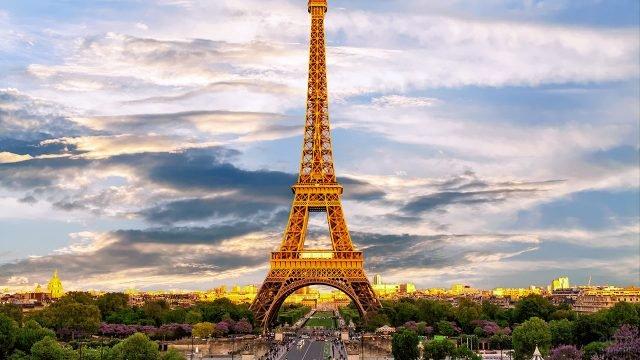 Панорама Парижа с Эйфелевой башней в лучах вечернего солнца