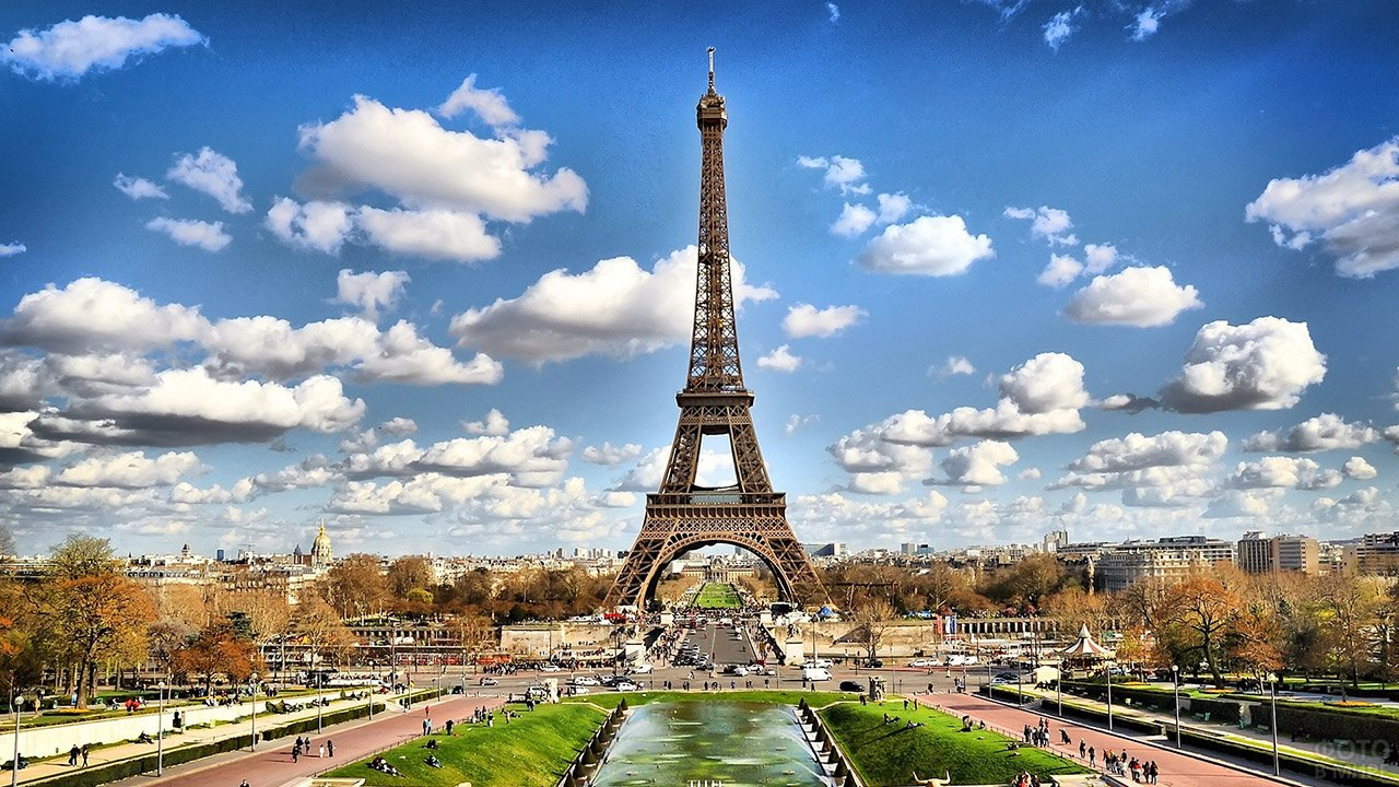 Панорамное фото осеннего Парижа с Эйфелевой башней