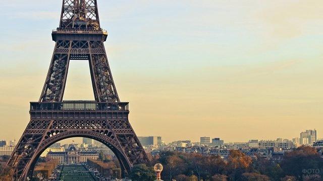 Париж у подножья Эйфелевой башни