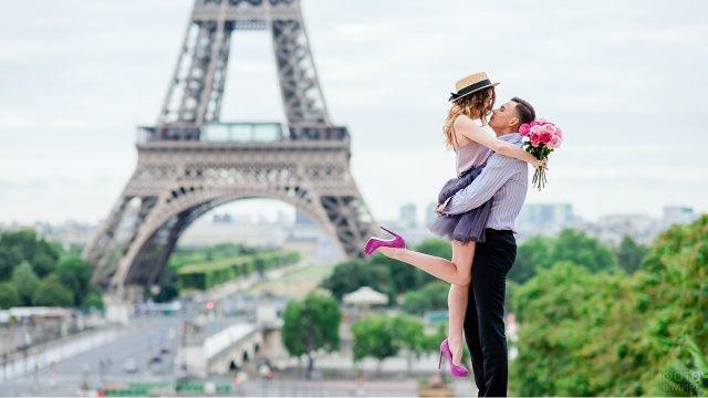 Романтичная парочка на фоне Эйфелевой башни