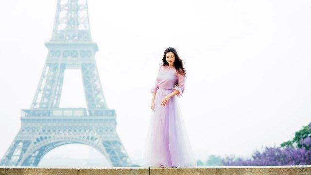 Романтичное фото девушки в розовом платье на фоне Эйфелевой башни