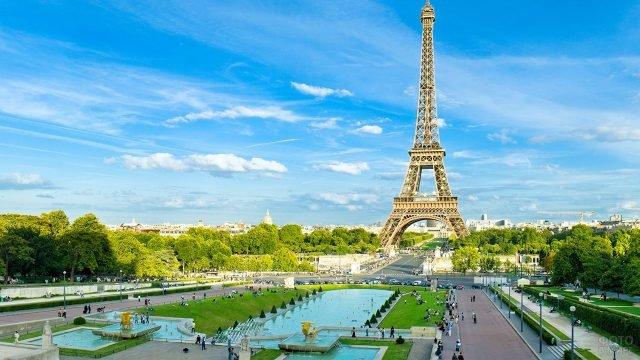 Символ Парижа - Эйфелева башня на Елисейских полях