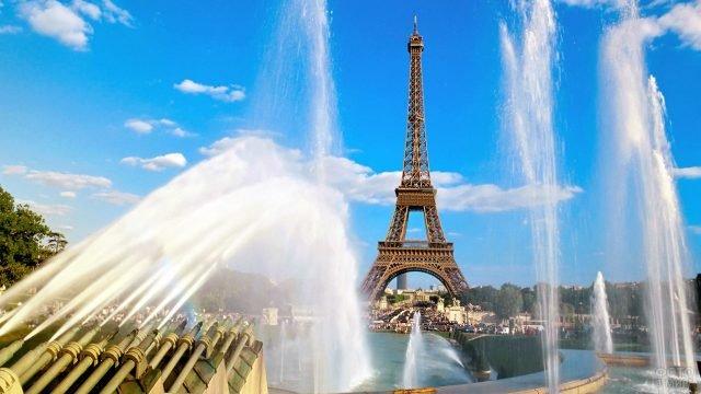Струи фонтана на фоне Эйфелевой башни