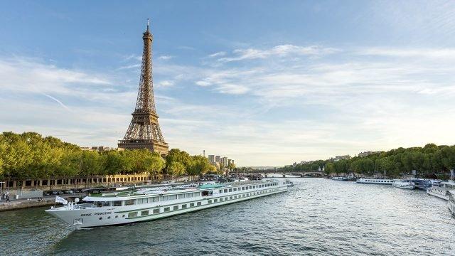 Туристический корабль на фоне Эйфелевой башни