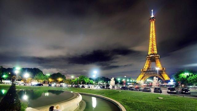Вечерняя иллюминация площадки у подножья Эйфелевой башни