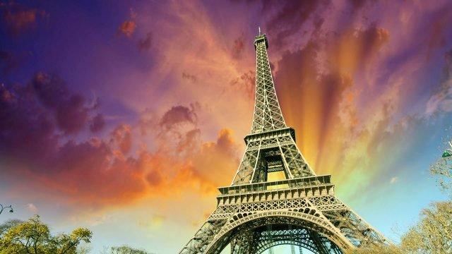 Верхушка Эйфелевой башни на фоне пурпурного заката
