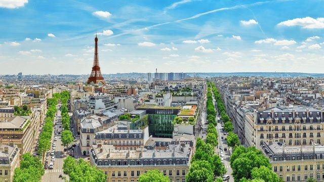 Вид на Париж с Эйфелевой башней с верхушки Триумфальной арки