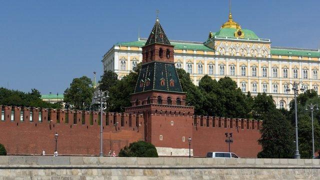 Благовещенская башня Кремля на набережной Москвы-реки
