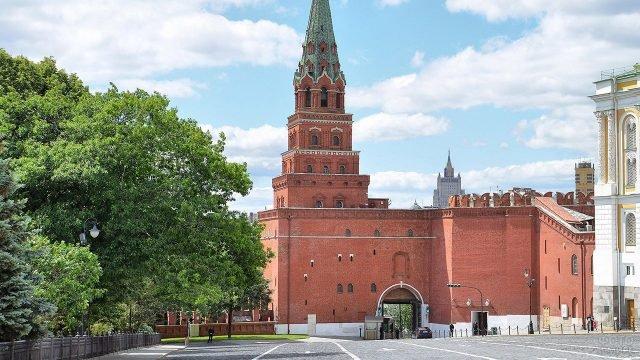 Боровицкая башня Кремля в летней зелени