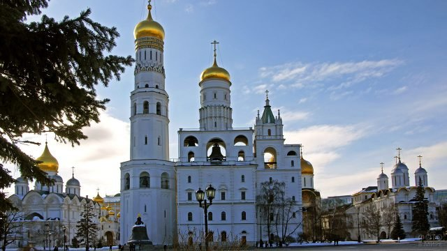 Колокольня Ивана Великого в зимних сумерках