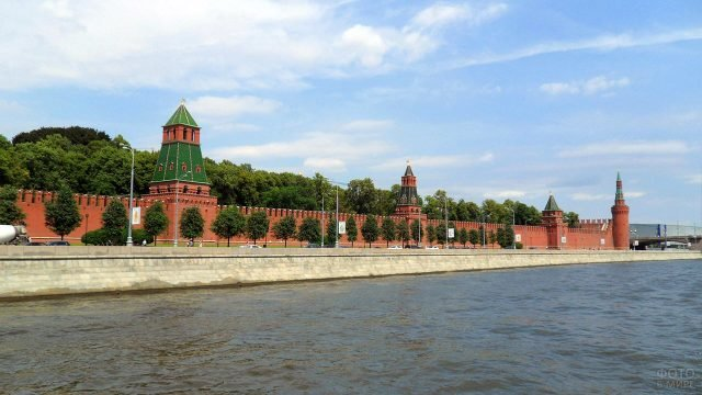 Кремлёвская стена в летней зелени набережной Москвы-реки