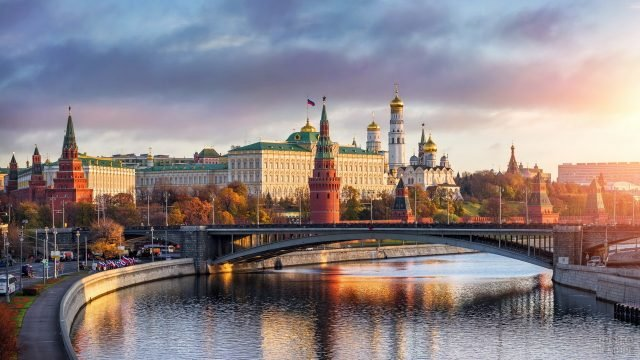 Московский Кремль в лучах заката над набережной