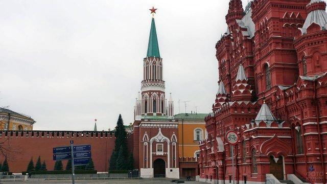 Никольская башня Кремля у стен Исторического музея