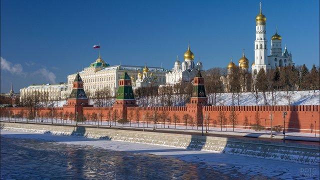 Панорама Московского Кремля со стороны набережной