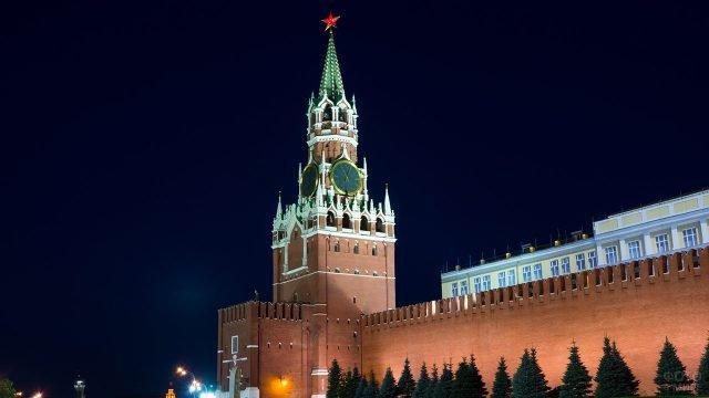 Спасская башня в вечерней иллюминации