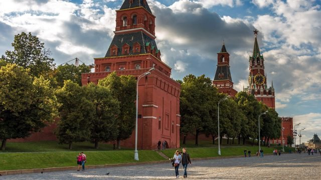 Туристы на фоне Константино-Еленинской башни Кремля