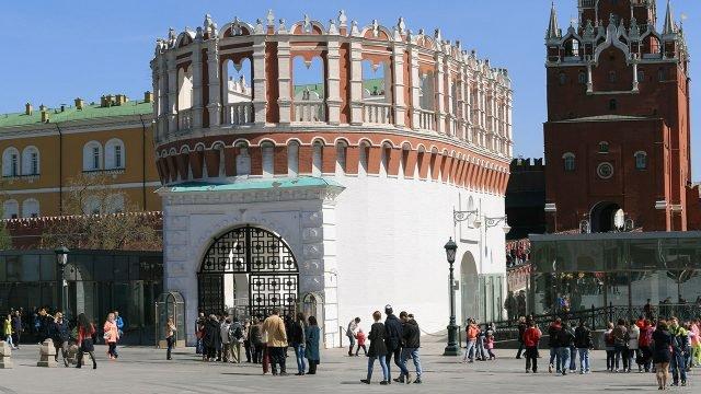 Туристы у входа на территорию Кремля через ворота Кутафьей башни