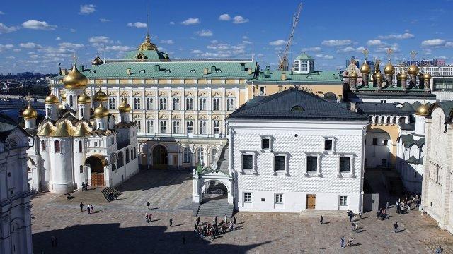 Вид сверху на Соборную площадь в Кремле