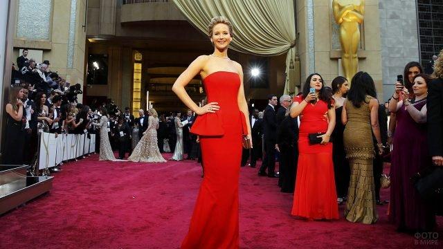 Актриса Дженнифер Лоуренс на красной дорожке театра Долби в Голливуде