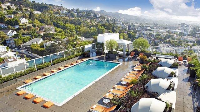 Бассейн на крыше отеля в Западном Голливуде