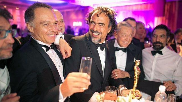 Деятели киноиндустрии празднуют получение награды на вечеринке