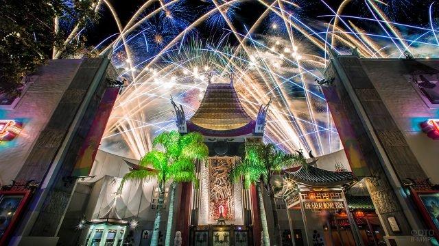 Фейерверк над зданием Китайского театра в Голливуде