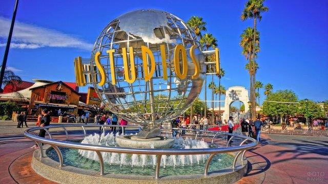 Фонтан у входа в туристический парк киностудии в Голливуде