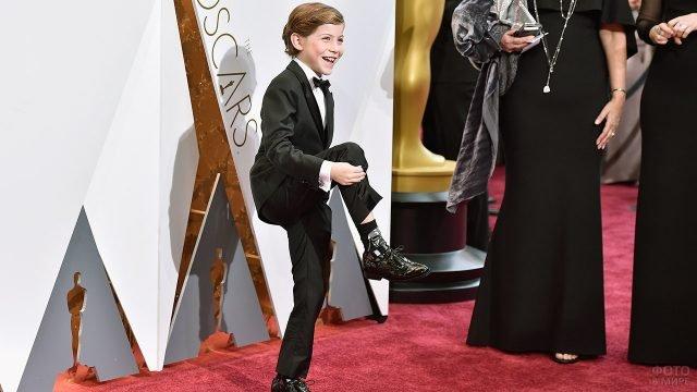 Юный актёр кривляется на красной дорожке церемонии Оскар в Голливуде