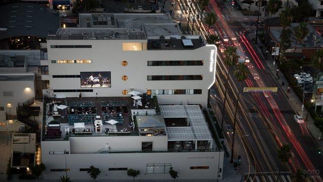 Кинотеатр на крыше здания на вечернем Бульваре Голливуд