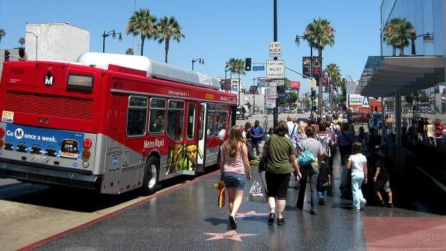 Многочисленные туристы на Аллее звёзд и славы в Голливуде