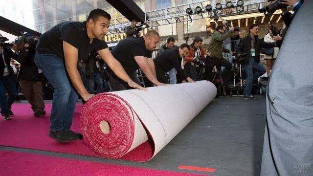 Монтаж красной дорожки на ступенях театра Долби в Голливуде